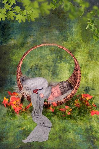 newborn jongen met pijp