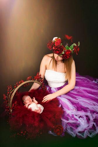 mandje met newborn en bloemen