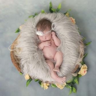 newborn meisje kijkt