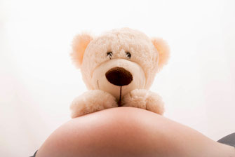 zwangere vrouw teddybeer