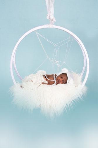 newborn gewikkeld in gewaad