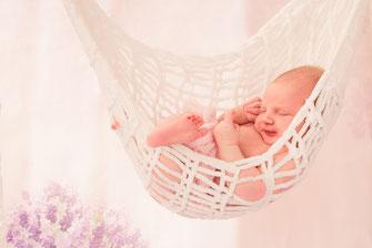 newborn met speelgoed