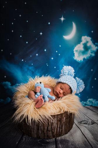 pasgeboren jongetje met poppetje