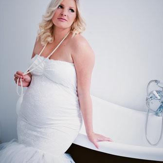 zwangere vrouw leunt