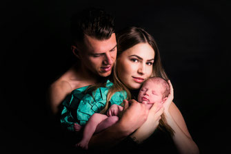 ouders tonen hun baby