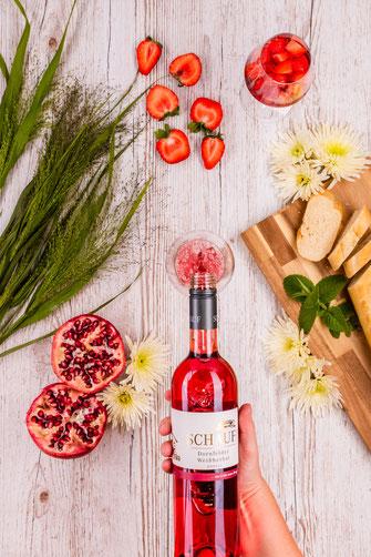 Weinflasche mit Glas und Brot
