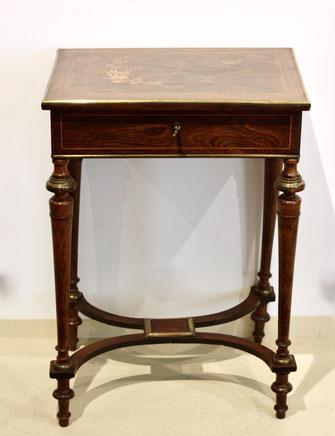 Tisch mit Intarsien
