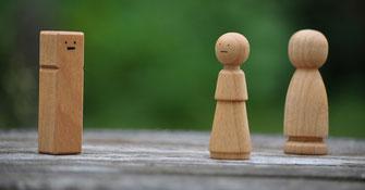 Aufstellung mit Holzfiguren als Symbol für Superversion für Schmerz-Therapeuten