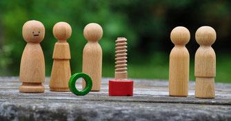 Aufstellung mit Holzfiguren als Symbol für Superversion für Unternehmer im Handwerk