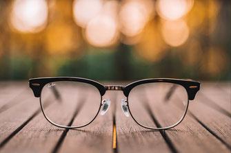 Eine Brille die sinnbildlich für Klarheit und Durchblick in persönlichen Fragen steht