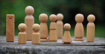 Aufstellung mit Holzfiguren als Symbol für Superversion für Menschen die mit Menschen arbeiten