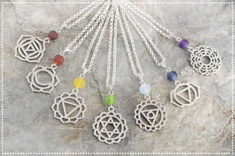 Halskette kurz mit versilberten Chakra Motiven und bunten Perlen