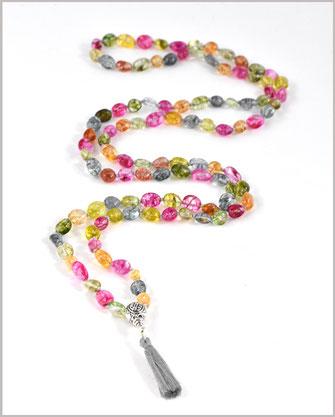 Foto zeigt eine Mala Kette mit Quarz Perlen