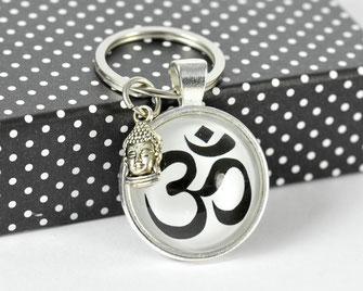 Schlüsselanhänger versilbert mit Motiv OM und Buddha