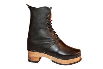 sabots suédois relooké en bottines pour femme sur semelle de bois en noyer et talon carré de 5 centimètres de hauteur. C'est une véritable chaussure de ville, avec une tige élancée et chic, en cuir noir.