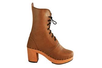 sabots suédois relooké en bottines pour femme sur semelle de bois et talon haut. C'est une véritable chaussure de ville, avec une tige en cuir taupe élancée et chic.