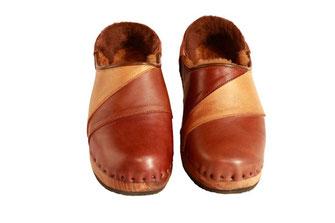 Modèle de sabot suédois fermés, pour l'hiver et pour homme, en 3 coloris de cuirs extérieurs et doublure en peau de mouton.