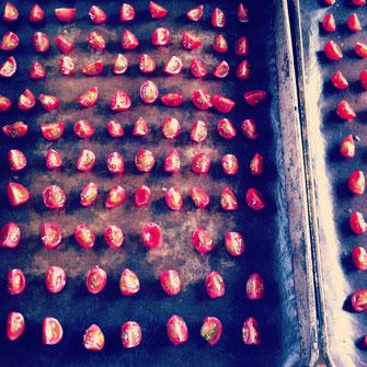 トマトチーズベーグルに入れている自家製ドライトマト。こうやって切って並べて作るんです。甘くておいしいですよ^^