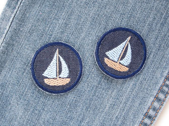 Bild: maritime Mini Jeansflicken mit gesticktem Segelboot, dunkelblaue Flicken zum aufbügeln