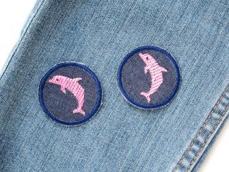 Bild: kleine Hosenflicken zum aufbügeln mit rosa Delfin, gestickter Delphin Aufbügler für Mädchen