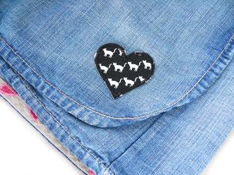 Bild: schwarzes Herz Bügelbild mit kleinen Katzen als Flicken zum aufbügeln