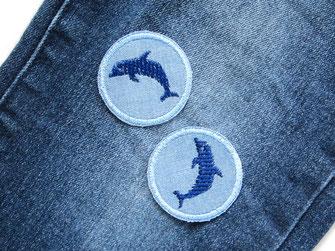 kleine Jeansflicken zum aufbügeln mit Delfinen gestickt, Hosenflicken für Kinder mit blauen Delphinen, Hosen mit Flicken nachhaltig reparieren