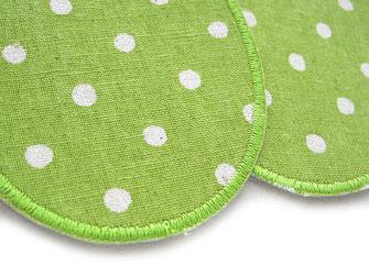Bild: grüne Stoffflicken Bügelflicken mit weißen Punkten