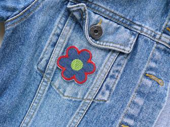 !B: kleines Blumen Bügelbild in blau-rot-grün als Accessoire auf Jeansjacke gebügelt