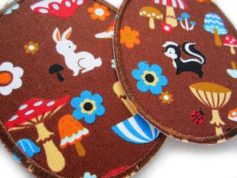 Bild: braune Bügelflicken mit Tieren, Blumen und Pilzen, ovale Flicken zum aufbügeln im Doppelset