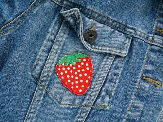 Bild: roter Erbeer Aufnäher als Bügelflicken oder Bügelbild zum Verschönern von Jeansjacken