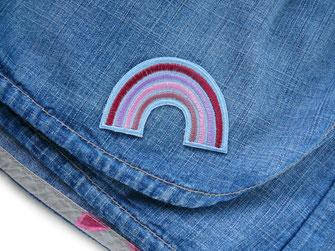 !B ein fliederfarbener bunter Regenbogen auf einen Jeansrock gebügelt als Accessoire zum Verschönern