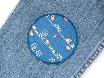 Bild: ein blauer Knieflicken für Kinder mit Wildschwein und Frischlingen, mit Flicken zum aufbügeln nachhaltig und schnell Hosen reparieren