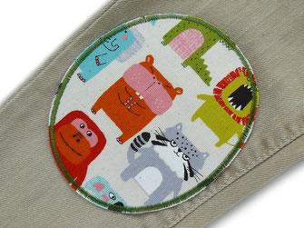 !B: bunter extra großer Knieflicken auf helle Hose aufgebügelt, Löcher in Hosenknie schnell repariert