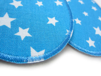 Bild: Flicken zum aufbügeln mit weißen Sternen auf hellblau, Bügelbilder für Kinder