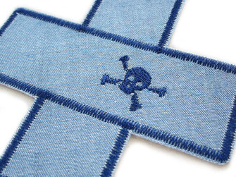 Bild: Jeansflicken Pflaster mit gesticktem Totenkopf, Hosenflicken Bügelflicken für Piraten