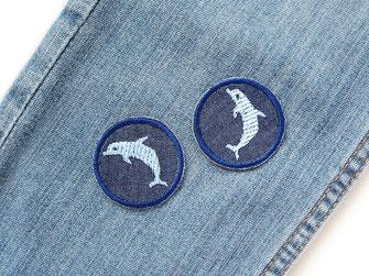 Bild: mini Jeansflicken zum aufbügeln mit gestickten hellblauen Delfinen, Bügelflicken für Kinder mit Delphin, Hosen nachhaltig mit Flicken reparieren