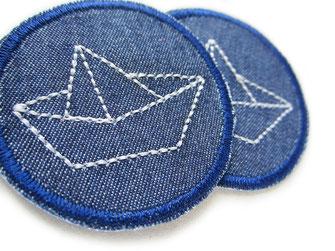 Bild: Mini Jeansflicken blau mit gesticktem hellgrauen Papierboot, maritime Flicken zum aufbügeln für Jeanshosen schiff