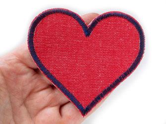 Bild: rotes Herz Bügelbild aus robustem Jeansstoff als Flicken zum schnellen Reparieren von Hosenlöchern