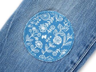 Bild: Hosenflicken zum aufbügeln mit kleinen Blümchen auf blau, Blumen Bügelflicken