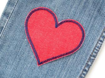 !B: roter Jeansflicken in Herzform mit dunkelblauer Umrandung wird auf die kaputte Hose aufgebügelt