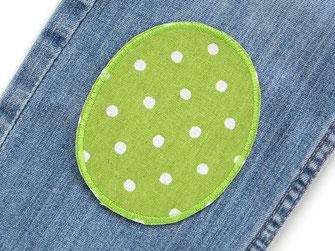 Bild: ovale Knieflicken zum aufbügeln grün mit hellen Punkten, robuste Bügelflicken für Kinder