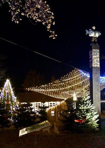 Der Dorfplatz in Hüde ist mit Lichterketten geschmückt und strahlt in der Dunkelheit.
