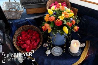 Seebestattung, Urne, Blütenblätter