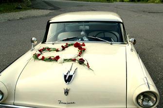 weißes oldtimer Auto mit rot weißer Dekoration