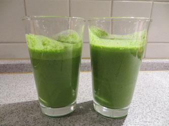 2 Gläser mit grünem Smoothie gefüllt