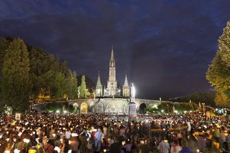La procession aux flambeaux au Sanctuaire de Lourdes