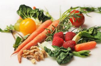 Buntes Gemüse und Obst. Lecker!