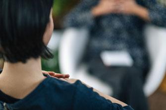 Bild zeigt zwei Frauen in einem Beratungssetting.