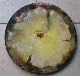 Een vegaoceandrum met op de bovenkant een achtgele bloem met een bruin hart en daarachter een bruine achtergrond.