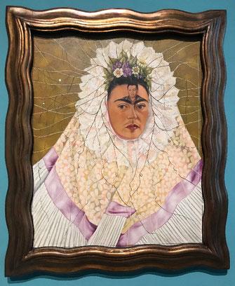 Zelfportret van Frida Kahlo met Diego Rivera op haar voorhoofd in Mexicaanse kledij